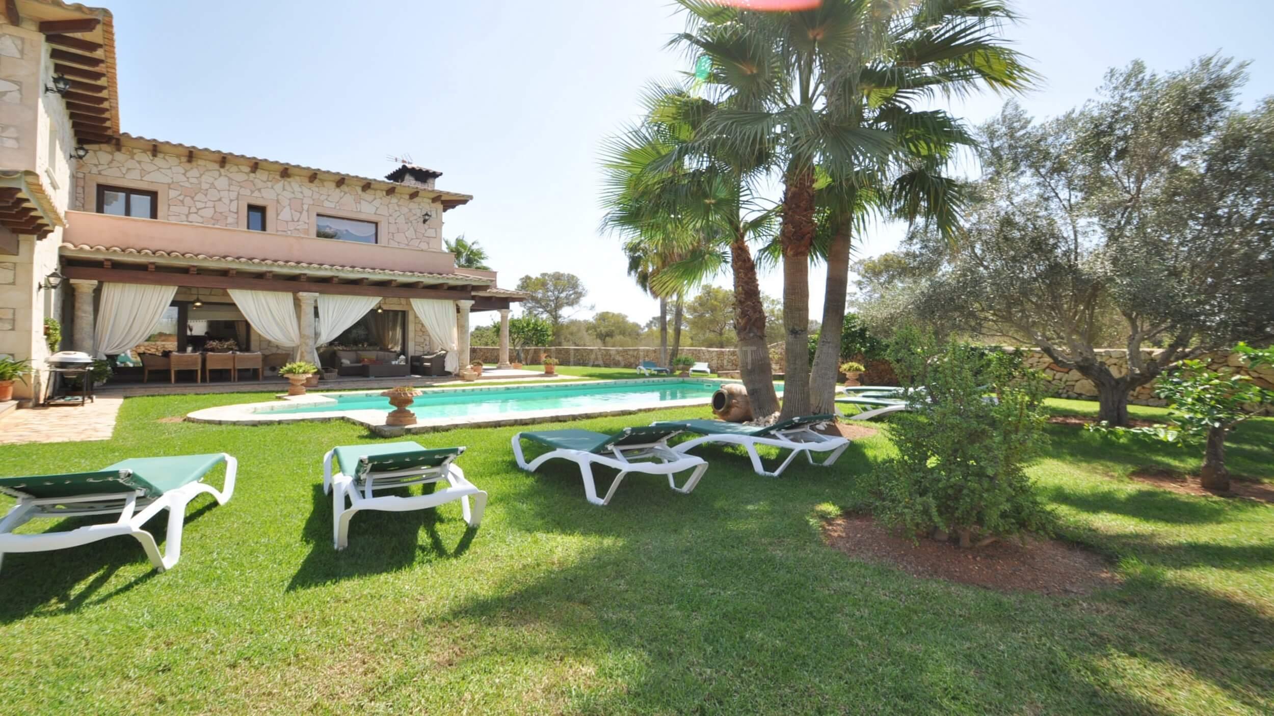Finca rustica con piscina y jardin con c sped en llucmajor for Piscina y jardin mallorca